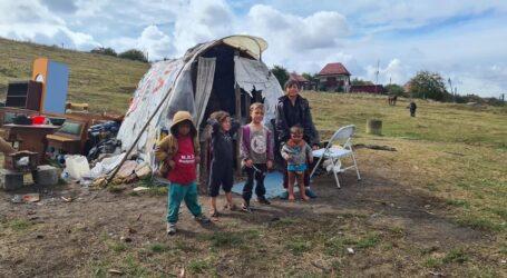 Patru copii trăiesc sub cerul liber, pe locul fostei gropi de gunoi din Crișeni