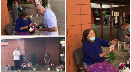 """Unii le-au dat pliante, alții le-au susținut activ. Reportaj """"electoral"""" cu bunicuțele care vând alimente în fața pieței din centrul Zalăului"""