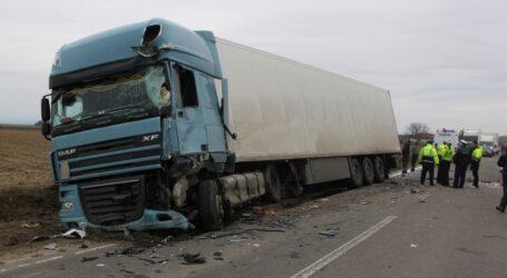 Accident în Pericei! Un tânăr a intrat cu mașina într-un camion