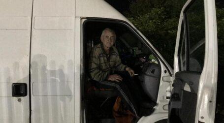 VIDEO. Un bătrânel trăiește într-o dubă dezafectată la marginea Zalăului
