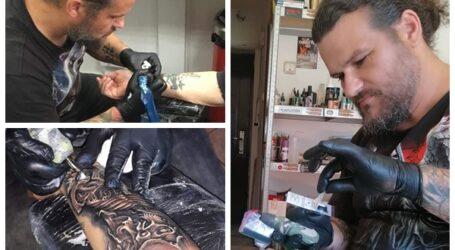 Povestea zălăuanului care îi tatua pe englezii din Londra: s-a întors ACASĂ pentru a deveni mai bun în arta tatuajelor