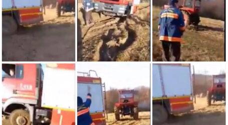 VIDEO. Salvatorii au devenit cei salvați: mașină de pompieri, trasă de un tractor pentru a putea interveni la o casă în flăcări din Sălaj