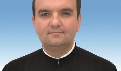 JOS PĂLĂRIA! Un preot din Sălaj are grijă de mai mulți copii aflați în dificultate