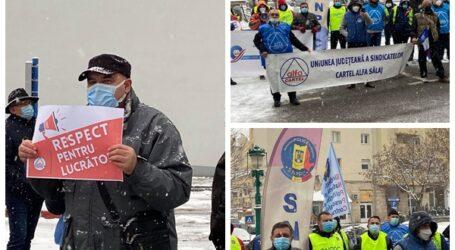 FOTOREPORTAJ. Protest la Zalău – zeci de protestatari au înfruntat frigul pentru a-și scanda nemulțumirile