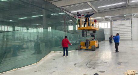 FOTO. În doar 6 ore un depozit din Zalău a fost transformat în teren de tenis cu suprafață rapidă