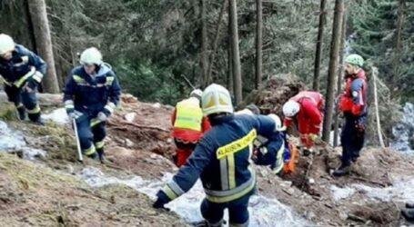 DRAMĂ în comuna Almașu! 3 copii, din care unul cu dizabilități au rămas fără tată, după ce bărbatul a fost strivit de un copac