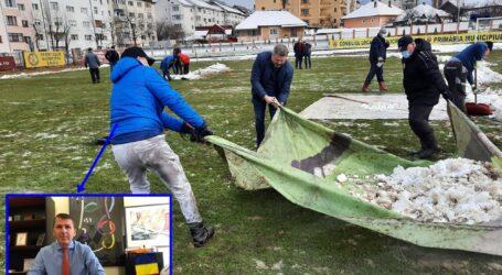 Un șef din Primăria Zalău a dat jos sacoul și cravata și s-a pus pe treabă: a ajutat muncitorii pentru a îndepărta zăpada de pe stadion