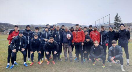 VIDEO. Fotbaliștii de la SCM Zalău l-au omagiat pe Aurel Petrean, o legendă a fotbalului din Sălaj