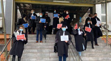VIDEO. Mai mulți avocați din Sălaj au protestat în fața Tribunalului