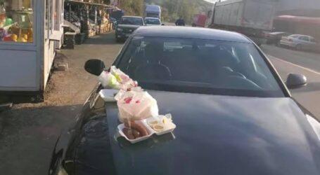 VIDEO. Europarlamentarul Terheș mănâncă mici pe capota mașinii din cauza restricțiilor impuse de Guvern