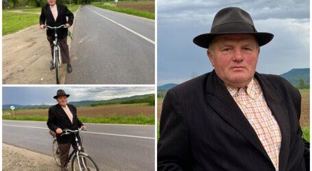 Povestea vârstnicului din Năpradea care face naveta de peste 35 ani cu bicicleta la Jibou pentru a îngriji biserica greco-catolică