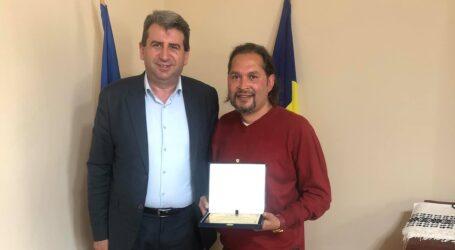 Învățătorul Antonel Lakatoș, premiat de primarul Jiboului, Dan Ghiurco