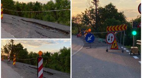 """Reabilitat """"din temelii"""" înainte de alegeri, drumul Tihău – Hida s-a surpat, după doar 5 luni de la inaugurare"""