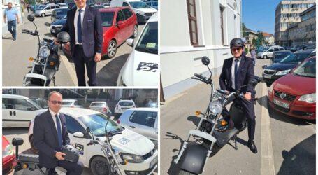 INEDIT. Un șef dintr-o instituție din Zalău a înlocuit mașina cu mijloace de deplasare electrice pentru a reduce poluarea