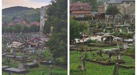 FOTO. Acoperișul unui bloc din Jibou a fost smuls de furtună și aruncat în mijlocul cimitirului