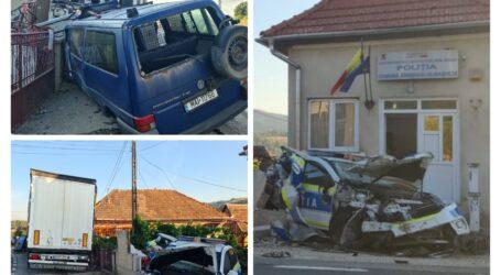FOTO. Un camion a intrat în 2 mașini de Poliție și Jandarmerie de la Postul Sînmihaiu Almașului