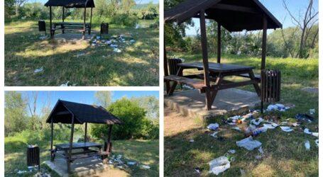 """Locul de agrement din Năpradea, de pe malul Someșului, """"îngropat"""" în gunoaiele unor tineri petrecăreți"""