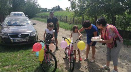Două fetițe din Năpradea, orfane de mamă, au avut parte de o surpriză URIAȘĂ, chiar de ziua uneia dintre ele