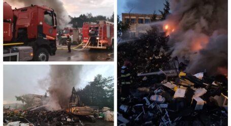 FOTO. Incendiu de proporții la un depozit de deșeuri din Zalău. Flăcările se manifestă pe o suprafață de 50 de metri pătrați