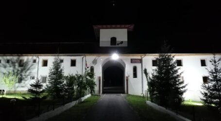 Mănăstirea de la Voivodeni, iluminată printr-un proiect al Primăriei Dragu