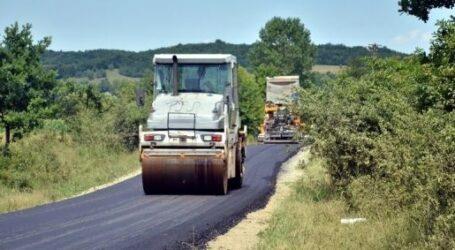Un drum din comuna Ileanda, asfaltat înainte de alegeri, s-a spart și a fost din nou cârpit