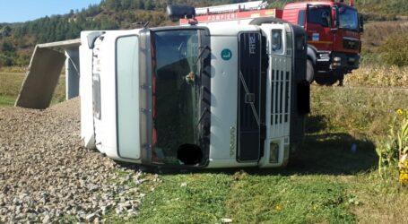 Accident în Benesat – o autobasculantă s-a răsturnat în afara părții carosabilului