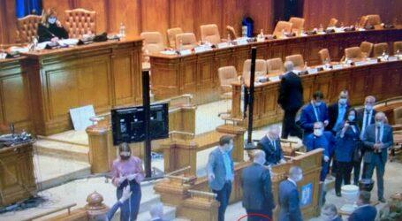 Senatorul USR Sălaj, Cristian Viașu, a votat moțiunea cu piciorul în proteză